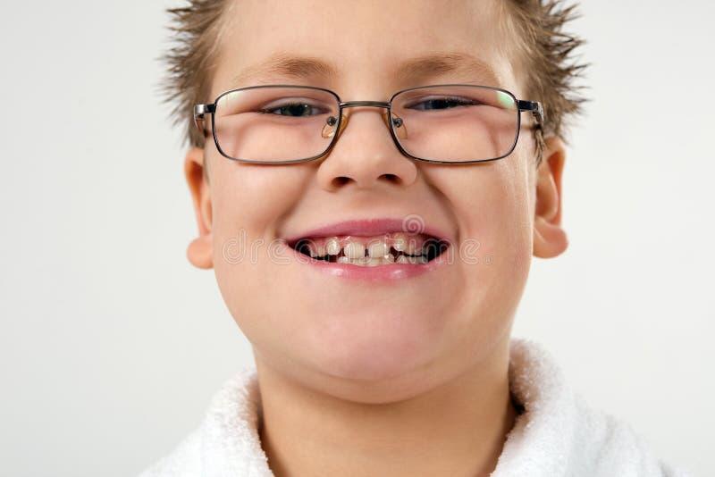 Glücklicher lächelnder Junge im Bademantel stockbild