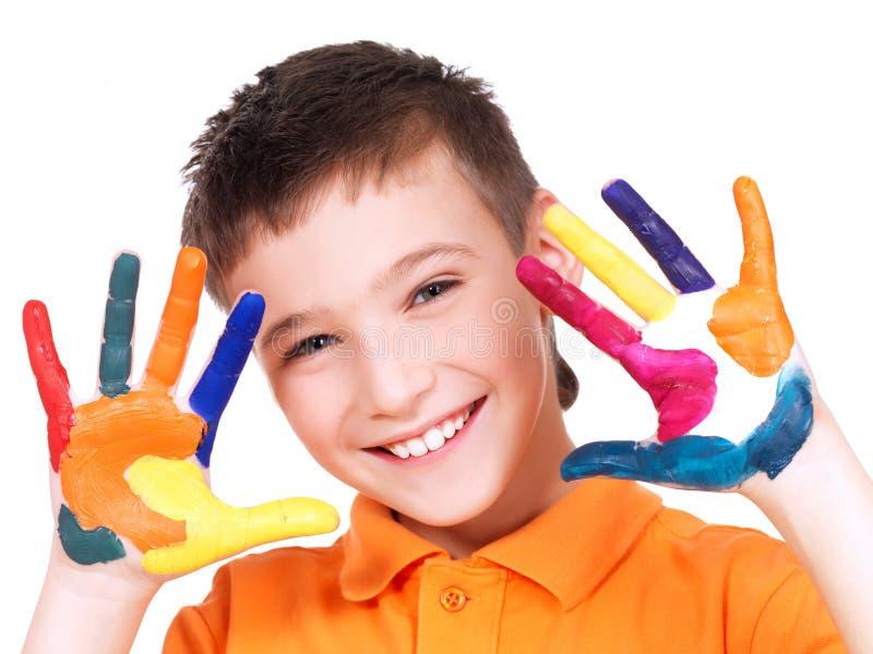 Glücklicher lächelnder Junge mit gemalte Hände. lizenzfreie stockbilder