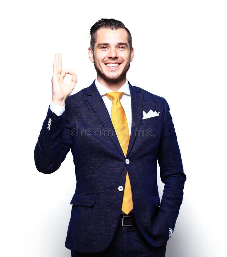 Glücklicher lächelnder junger Geschäftsmann mit den Daumen up Geste lizenzfreie stockbilder
