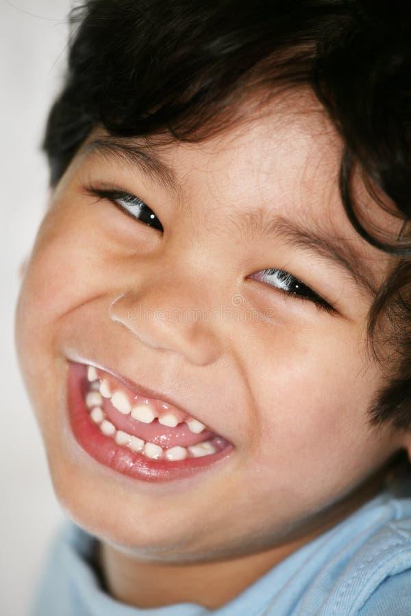 Glücklicher lächelnder kleiner Junge lizenzfreie stockbilder