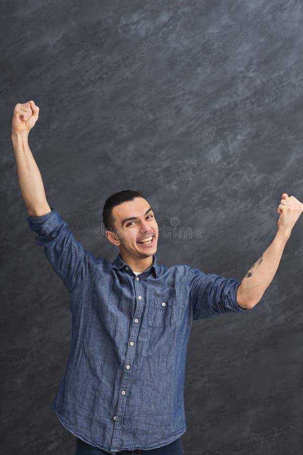 Glücklicher lächelnder Mann am grauen Studiohintergrund lizenzfreie stockfotos