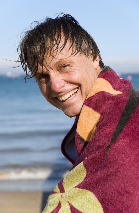 Glücklicher lächelnder Vierzigermann. lizenzfreie stockfotografie