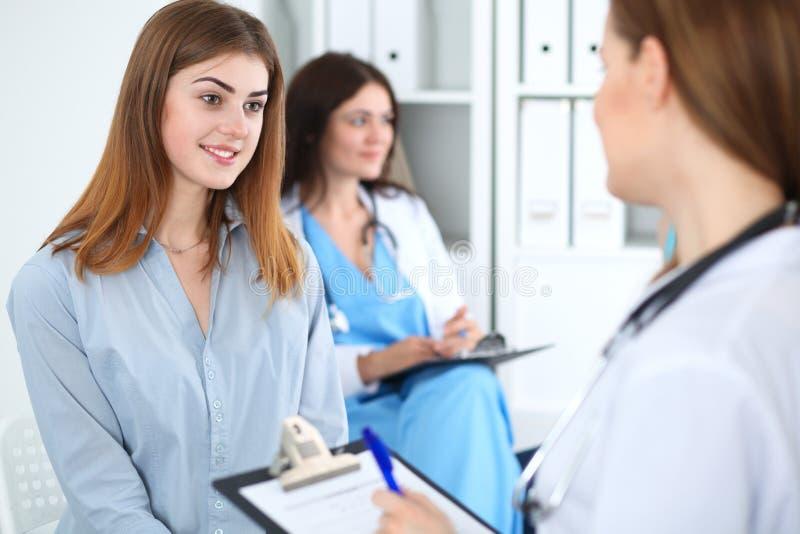 Glücklicher lächelnder weiblicher Patient mit ihrem Doktor an der Klinik oder am Krankenhaus Medizin- und Gesundheitswesenkonzept lizenzfreies stockbild