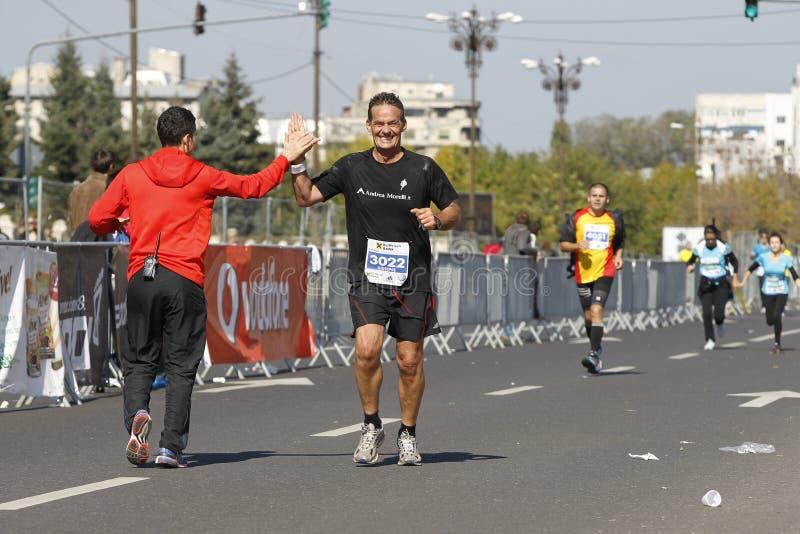 Glücklicher Läufer am Marathon stockfotos