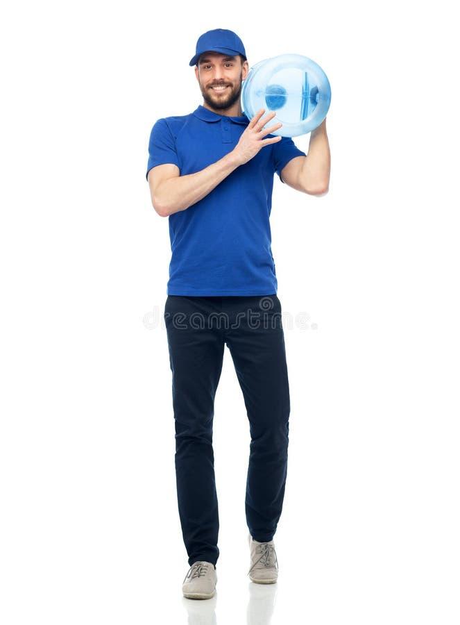 Glücklicher Lieferer mit Flasche Wasser lizenzfreie stockbilder