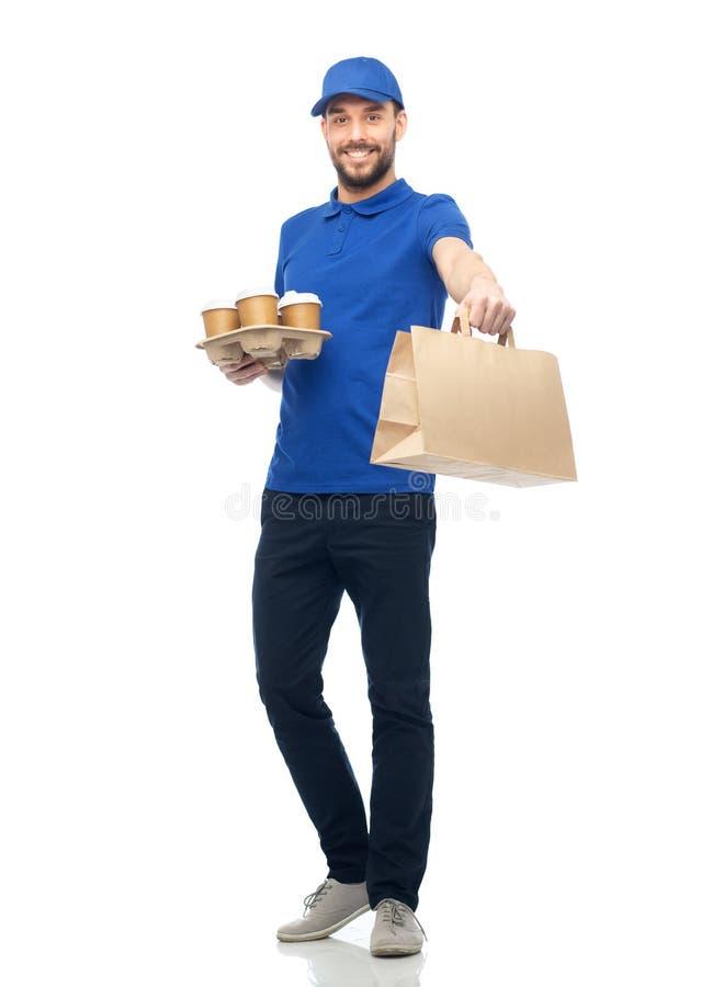 Glücklicher Lieferer mit Kaffee und Lebensmittel in der Tasche lizenzfreie stockfotografie