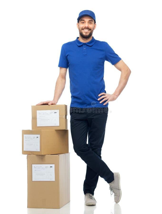 Glücklicher Lieferer mit Paketkästen stockbilder