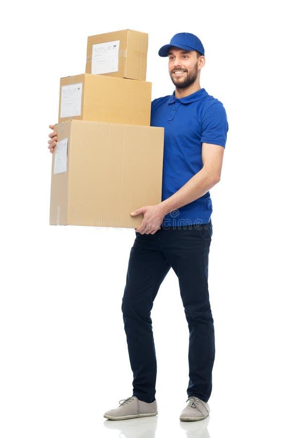 Glücklicher Lieferer mit Paketkästen stockfotos