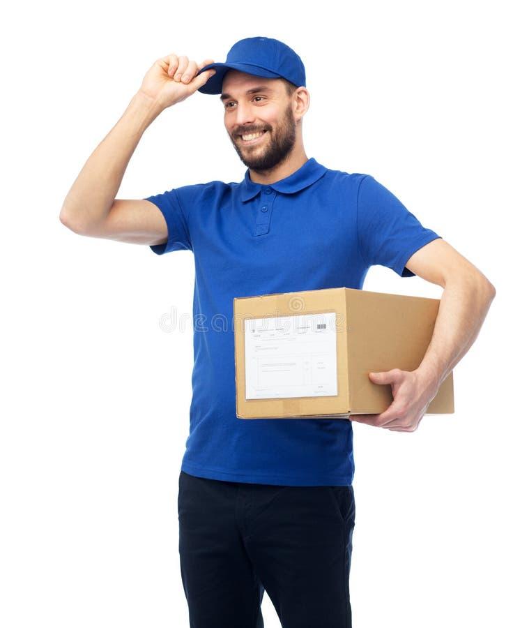 Glücklicher Lieferer mit Paketkasten lizenzfreie stockbilder