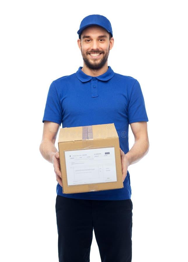 Glücklicher Lieferer mit Paketkasten lizenzfreies stockbild