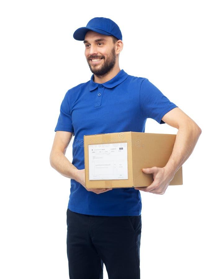 Glücklicher Lieferer mit Paketkasten lizenzfreie stockfotos