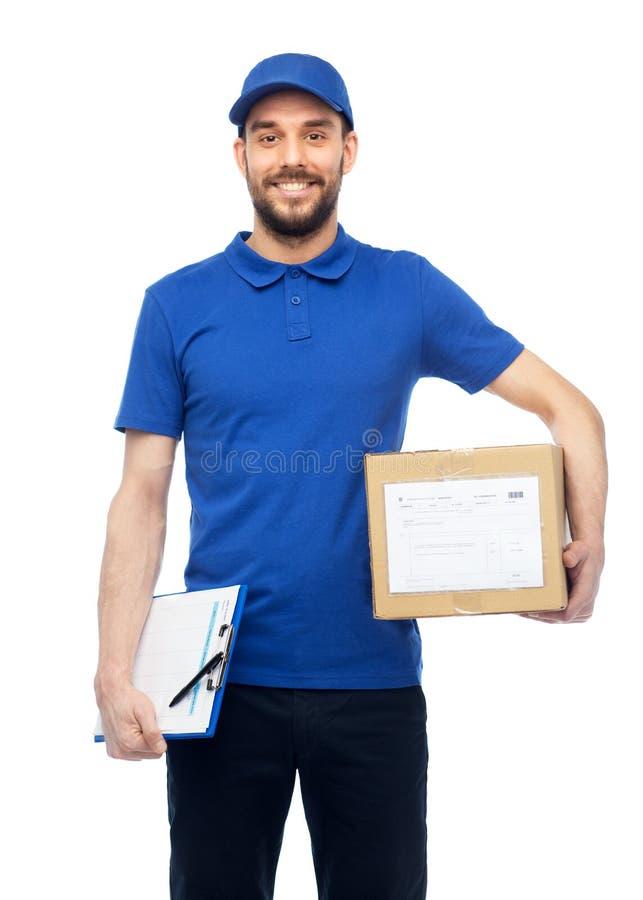 Glücklicher Lieferer mit Paketkasten und -klemmbrett lizenzfreies stockfoto