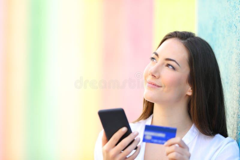 Glücklicher on-line-Käufer, der Seite betrachtend denkt lizenzfreies stockbild
