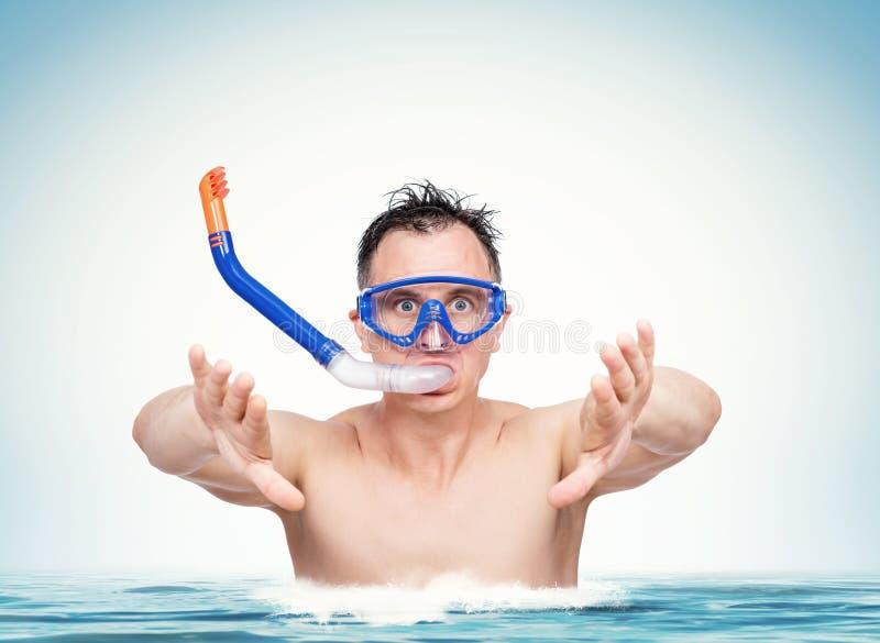 Glücklicher lustiger Mann in einer schwimmenden Maske mit Schnorchel bereitet vor sich, in das Wasser zu tauchen Seefeiertagskonz stockfotos