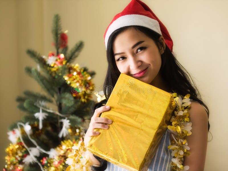 Glücklicher Mädchengriff goldene Weihnachtsgeschenkbox stockbilder