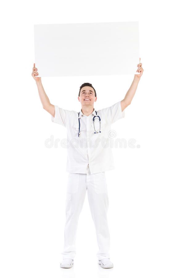 Glücklicher männlicher Doktor, der leeres Plakat über seinem Kopf hält lizenzfreies stockfoto