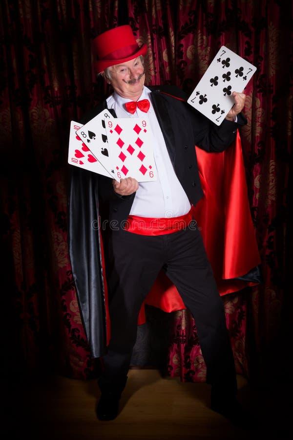 Glücklicher Magier mit Karten stockfotografie