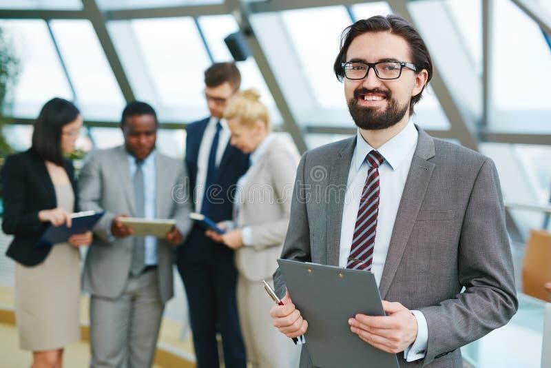 Glücklicher Manager an der Anweisung stockbild