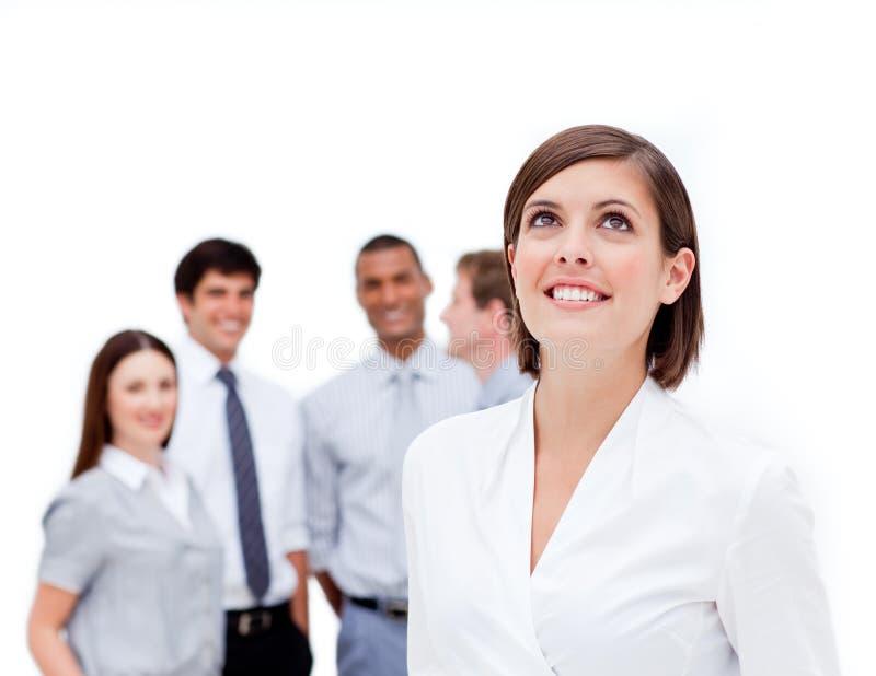 Glücklicher Manager vor ihrem Team lizenzfreie stockfotos