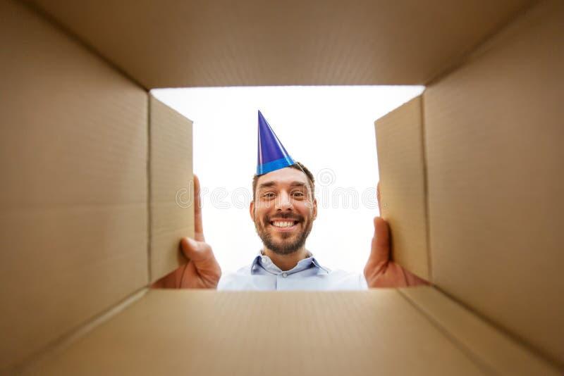Gl?cklicher Mann?ffnungs-Paketkasten oder Geburtstagsgeschenk lizenzfreies stockfoto