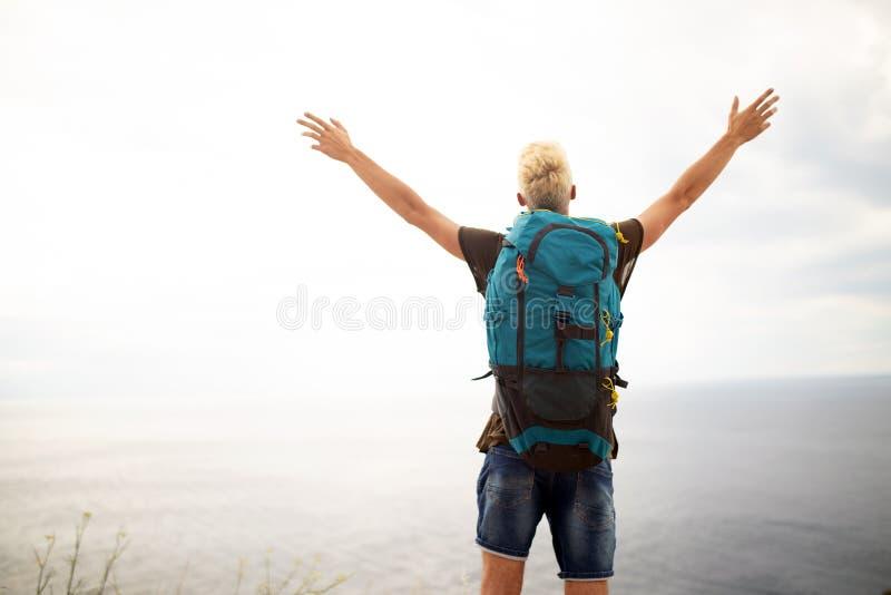 Glücklicher Mann auf Berg Landschaft genießend Reise, Ferien, Abenteuer, Freiheitskonzept stockfotos