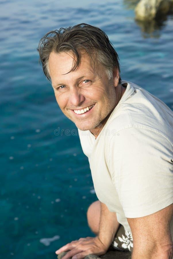 Glücklicher Mann auf dem Strand stockbilder