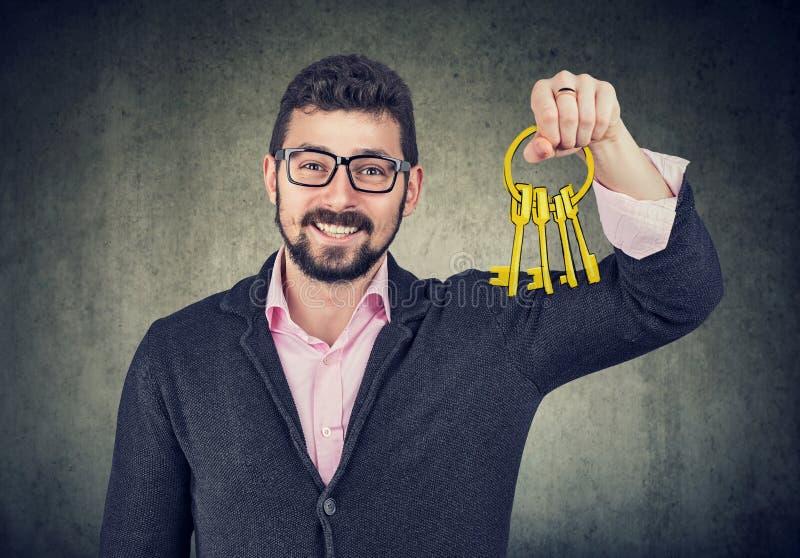 Glücklicher Mann, der alte Schlüssel hält lizenzfreie stockfotos