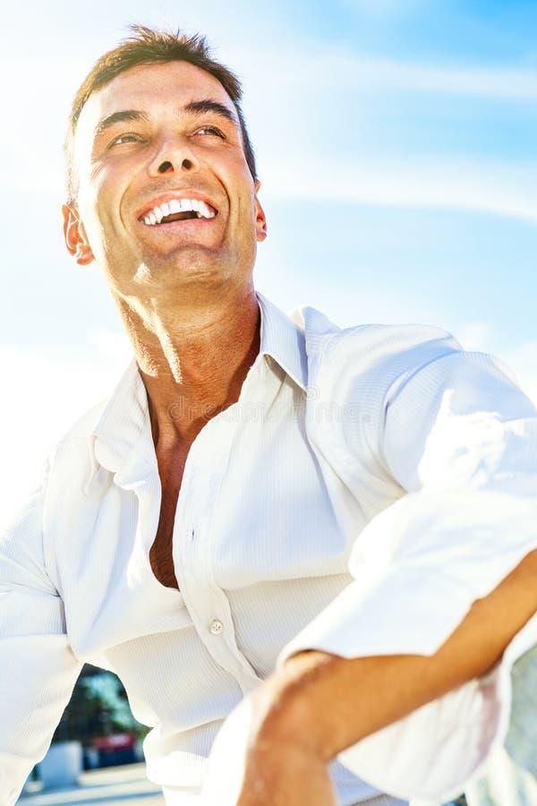 Glücklicher Mann, der, frohes Lächeln im Freien lächelt stockfoto