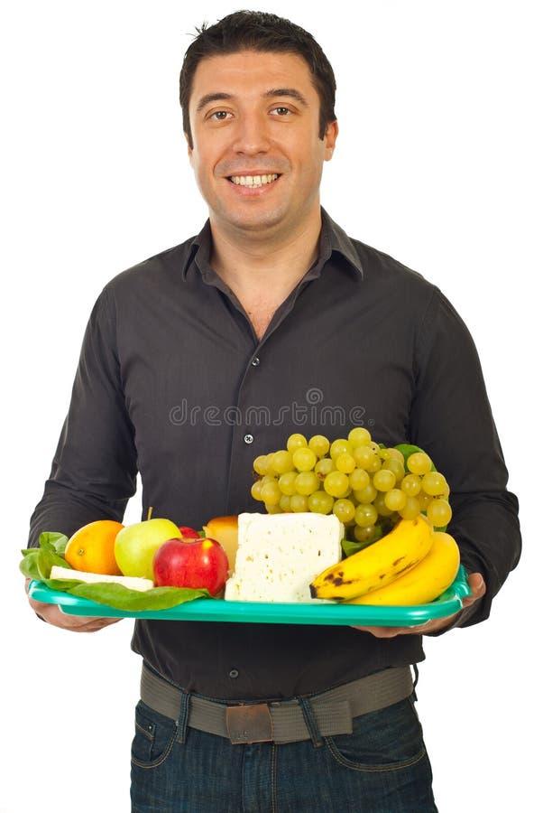 Glücklicher Mann, der gesunde Nahrung anhält lizenzfreies stockfoto