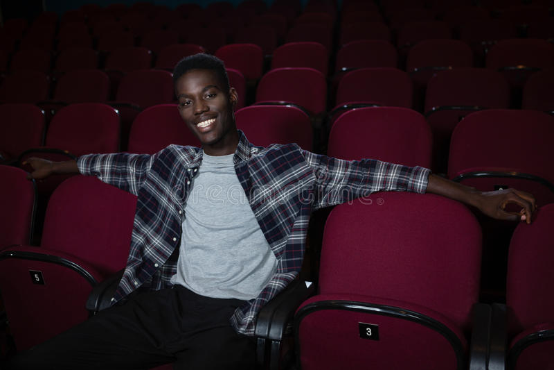 Glücklicher Mann, der im Theater sitzt stockfoto