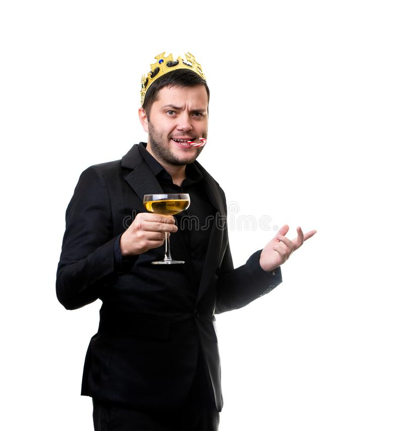 Glücklicher Mann in der Krone, schwarzer Anzug mit Weinglas stockfotografie