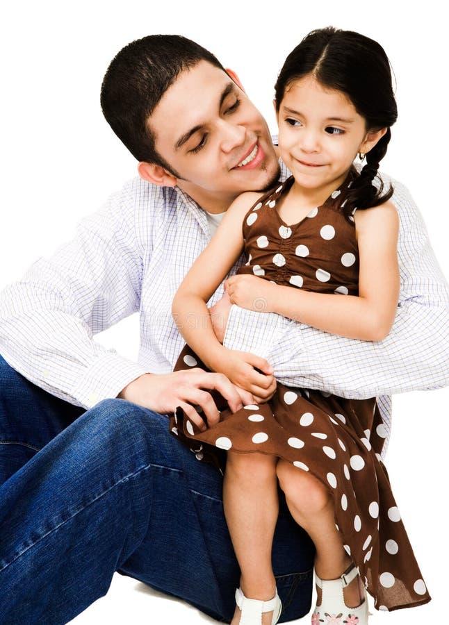 Glücklicher Mann, der Mädchen umarmt stockbild