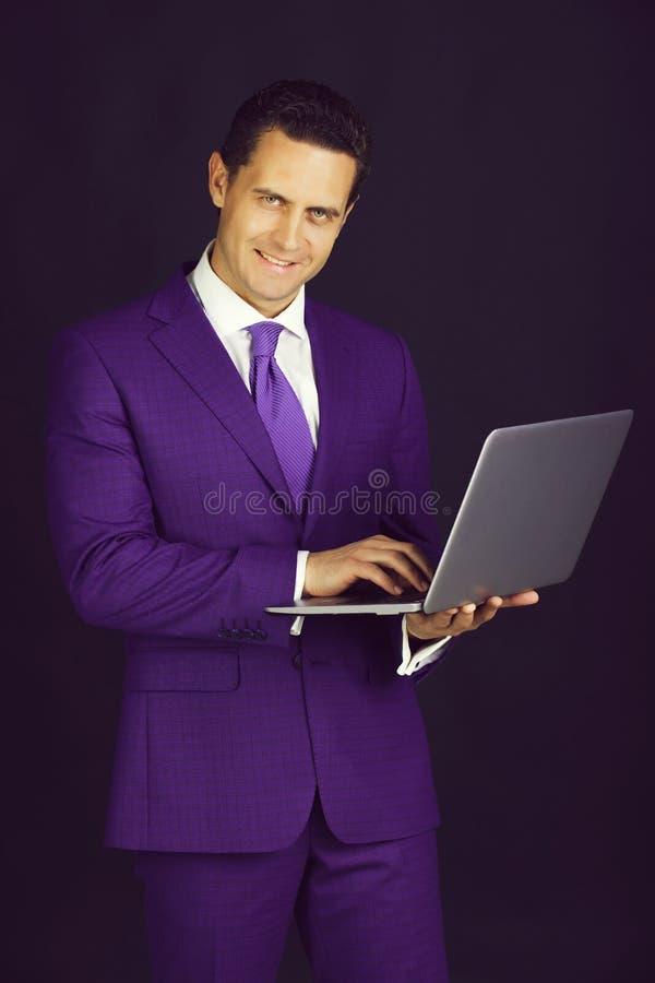Glücklicher Mann, der mit Laptop oder Computer lächelt lizenzfreies stockfoto