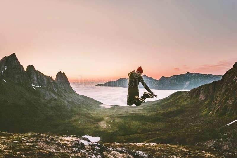 Glücklicher Mann, der Reise-Lebensstilabenteuerkonzept im Freien springt stockfoto