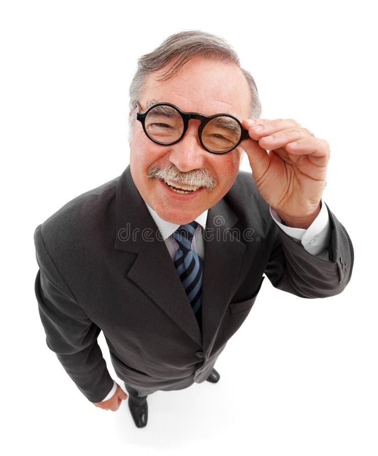 Glücklicher Mann, der ringsum Gläser trägt stockfoto