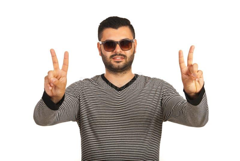 Glücklicher Mann, der Sieghände zeigt stockfoto