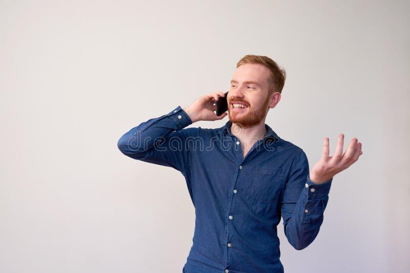 Glücklicher Mann, der Telefonanruf macht lizenzfreies stockfoto