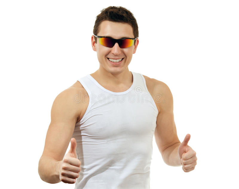Glücklicher Mann in einem weißen T-Shirt mit Sonnenbrillen lizenzfreie stockfotografie