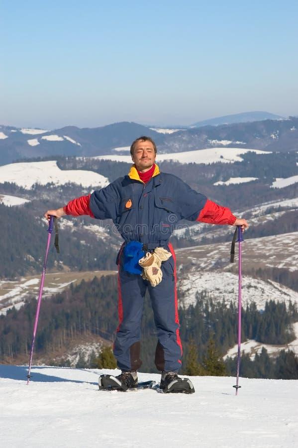 Glücklicher Mann im Snowshoe stockbilder