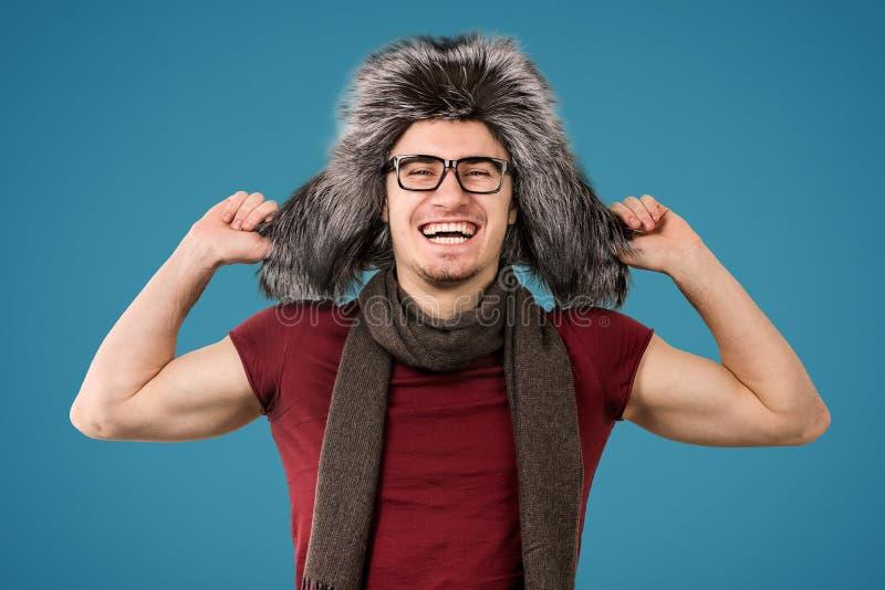 Glücklicher Mann im Winterhut lizenzfreie stockfotos