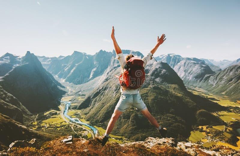 Glücklicher Mannreisender, der mit Rucksack springt lizenzfreies stockfoto