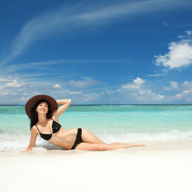 Glücklicher Frauenrest auf dem Strand stockbild