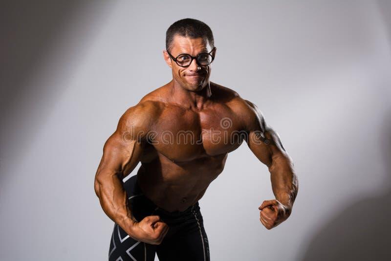 Glücklicher muskulöser Mann mit einem nackten Torso stockbild