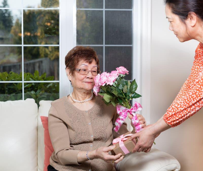 Glücklicher Mutter-Tag für ältere Mutter von ihrer Tochter lizenzfreies stockbild