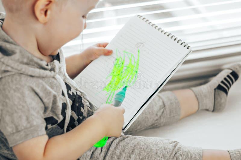 Glücklicher netter Junge in der Zeichnung stockbild