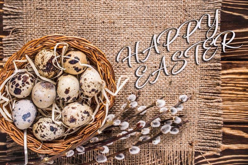 Glücklicher Ostern-Hintergrund mit Eiern in einem Korb und in einer Pussyweide stockfotos