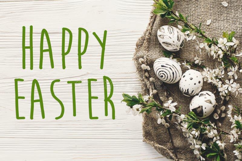 Glücklicher Ostern-Text Jahreszeit ` s Grußkarte stilvolles Ostern flach lizenzfreie stockfotografie