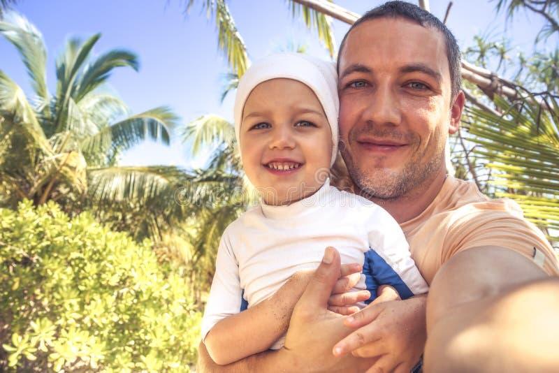 Glücklicher parenting Lebensstil der Kindervaterfamilie selfie Porträtsommerstrand-Ferien lizenzfreies stockbild