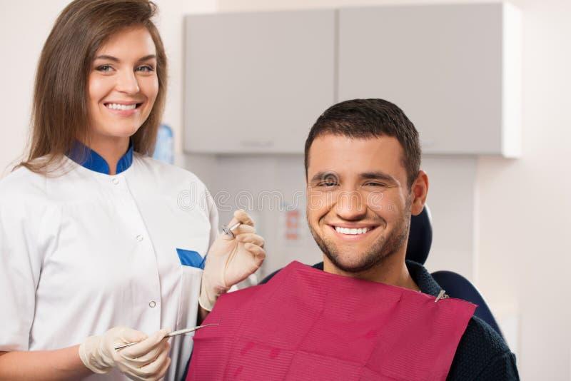 Glücklicher Patient und weiblicher Zahnarzt stockfotos