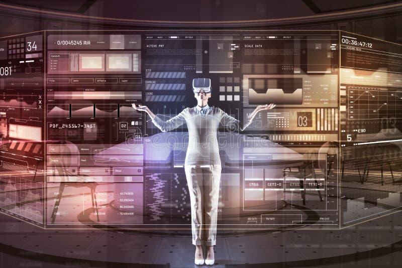 Glücklicher Programmierer, der ihre Hände beim Sein in der virtuellen Realität darlegt stockbilder